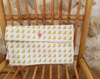 Printed Pochette neighborhoods of limes.