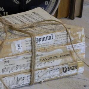 Old Books Decoration, Decorative Books, Vintage Home Decor, Rustic Book Decor, Old Hymn Books
