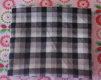 COUPON OF BLACK CHECKERED PRINT COTTON FABRIC, WHITE AND GRAY TO PREPARE