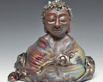 Afrikanische Buddha in den schimmernden Wolken mit Ruhe ruhigen Blick Raku-Keramik