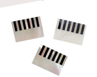 A rectangular cabochon, natural, black & white shell, 18 x 13 mm, thickness 1 mm