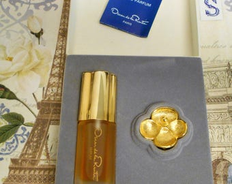 rare Oscar de la Renta gift set with 0.25 oz. parfum spray and goldtone flower pendant