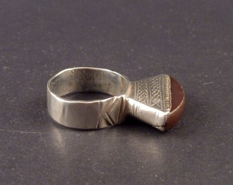 Big old Ethnic Tuareg ring with agate, silver tribal ring, tuareg jewelry, ethnic and tribal adornment, tuareg silver, desert jewelry