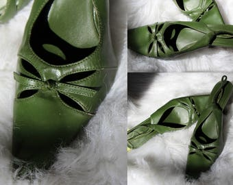 Gloria Heels // Vintage Forest Green Slingback High Heels with Petal Cut Outs and Bows at the Toes // Women's Vintage Kitten Pumps Size 9