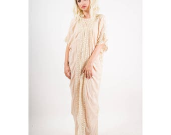 1920s silk dressing gown / Vintage pale pink and bobbin lace wrapper / Cocoon shape full length robe S M L