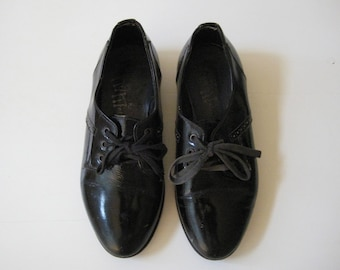 ON SALE!  vintage children's shoes / Italy - black patent leather - oxford - lace up - kids - collectible - display - prop - dress up