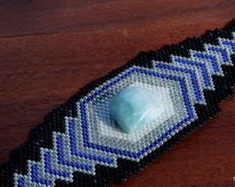 Bracelet de déclaration, sud-ouest Design accentué par une pierre Larimar, noir, bleu argent perles en peyote manchette perles tissage OOAK