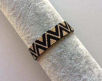 Fine zigzag bracelet / black and silver miyuki pearls, peyote weave /