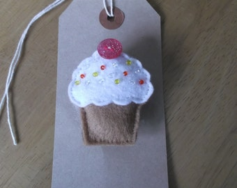 Felt cupcake brooch white icing