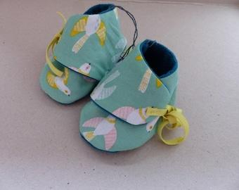 chaussons 0/3 mois coton vert pâle avec des oiseaux blancs, jaunes et roses et polaire bleu vert