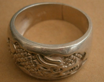 B315) A lovely vintage 925 sterling silver engraved Chinese dragon ring