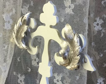 Curvy Brushed Silver Tone Leaf Earrings Clip On Unsigned Ear Lobe Caressing 1950's 1960's Day Career Wear Feminine Nature Inspired