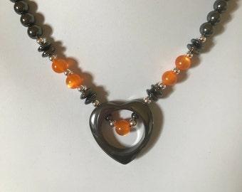 Collier coeur ouvert hématite fait à la main avec oeil de chat Orange