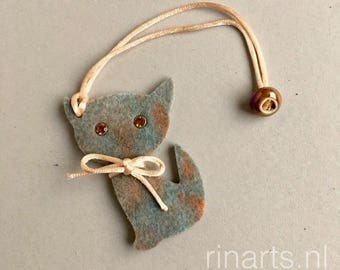 Cat bag charm Kitten Meow in green and brown wool felt and cork.  A perfect gift for catlovers.  Eco friendly purse charm