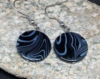 1 paire de boucles d'oreilles ronds en coquille noir et blanc et acier inoxydable