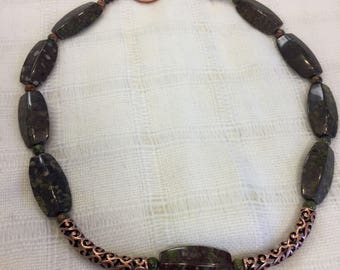 Epidot and copper necklace