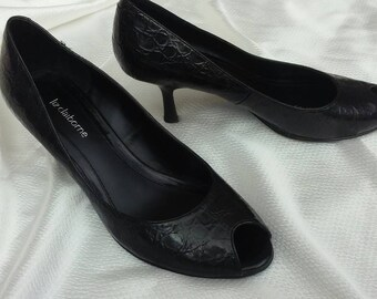 Black peep-toe pumps heels alligator embossed leather curvy retro heel vintage 1980's for your 1950's rockabilly costume size 8