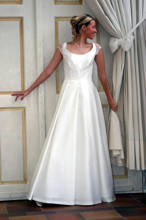 weites Brautkleid mit Spitze