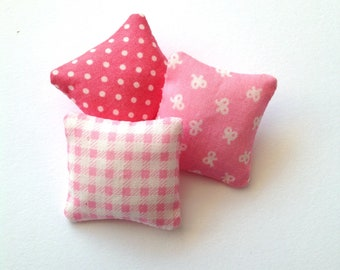 Floral mini pillows 1:12 scale, Dollhouse miniature cushions, set of three throw pillow, pink and white dollhouse decor, ma16