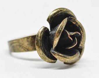 Lovely brass tone rose ring
