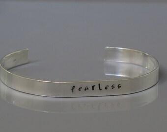 Furchtlos Armreif, ein Wort-Armband, inspirierende Armreif Sterling Silber, Hand gestempelt Armband, Unisex Schmuck