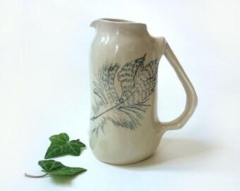 petite carafe, grès blanc, céramique illustrée, dessin de plume, carafe à vin, pot a lait, objet d'art, fait-main France,art de la table