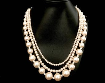 A 3 Strand Pearl Necklace     2797