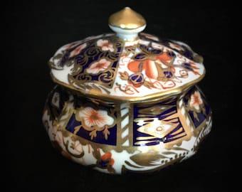 """A beautiful """" royal crown derby """" """"2451"""" trinket pot"""