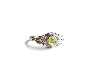 Vintage Peridot Sterling Silver Ring - size 6 US - ABC7