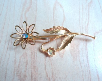 Vintage jewelry. brooch color faceted glass beads with gold. Blue opals.