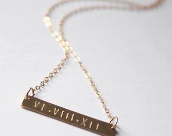 Le chiffre romain Date collier | Plaqué or collier | Collier barre horizontale or personnalisé | Bijoux de fabriquées à la main