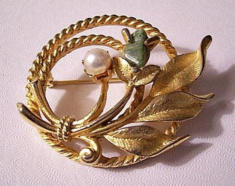 Sarah Coventry Green Jade Stone White Pearl Open Ring Pin Brooch Gold Tone Vintage Twisted Double Circle Tied Flower Leaf Spray