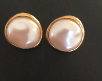 Vintage earrings. Pearl effect circular feature in gold tone setting. For pierced ears.