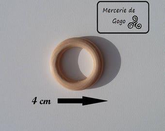 Anneau en bois naturel 4 cm de diamètre.