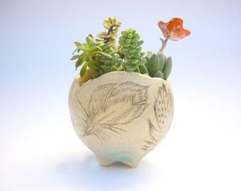 pot cromagnon,jardinière, pot plante, poterie plante, dessin de plume,empreinte de feuille, sculpture garden,composition art floral, gravure