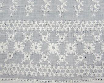 Ancien travail blanc 72 x 18 brodé coton volant dentelle de récupération garniture victorienne Christening Gown
