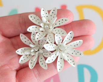 Vintage BLACK and WHITE DAISY Enamel Flower Brooch..groovy. retro. flower. 1970s. classic. floral. daisy. costume jewelry. vintage brooch.
