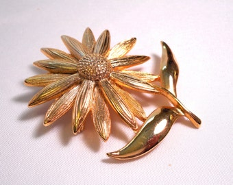 1970's Daisy Brooch, Shiny Gold-toned Metal, Retro, Seventies Daisy, Flower Jewelry Pin, Daisy Jewelry, Fashion Jewelry, Vintage Brooch, Mod
