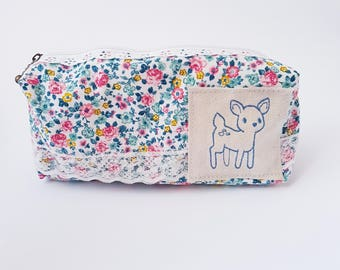 Clutch floral with a fawn / deer blue embroidered with lace detail