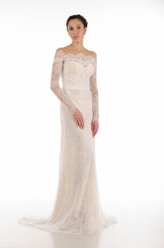 Lange Ärmel Spitze Brautkleid mit Schleppe in nude Farbe / /