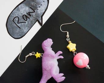 Ich liebe Dinosaurier. Lila Dinosaurier Kitsch Ohrringe mit gelben Sternchen. Mix match Kawaii Ohrringe
