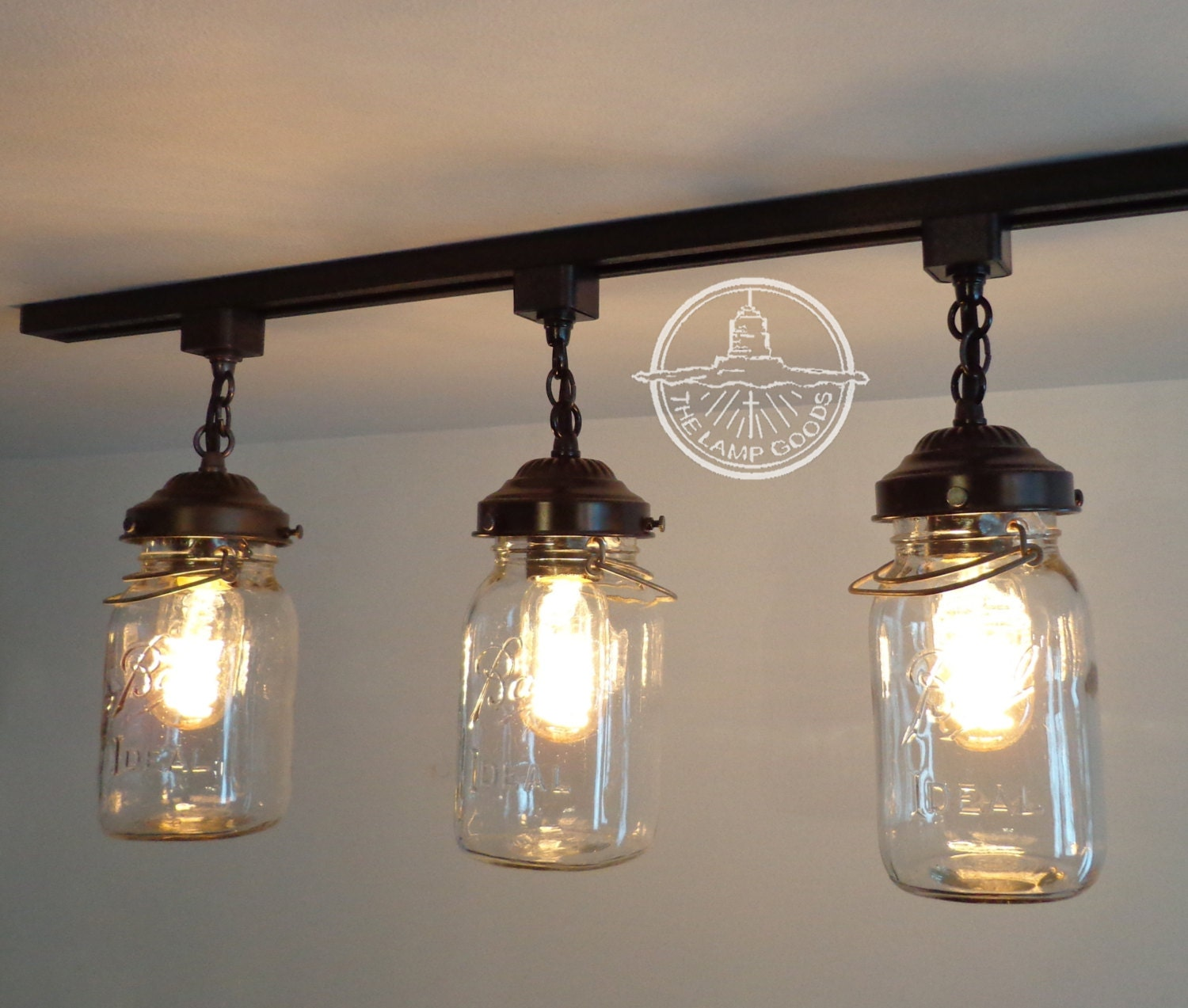 Mason jar track lighting with vintage quarts for Suspension cuisine retro