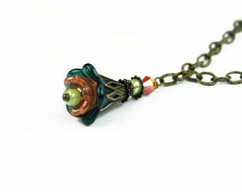 Orange und Waldgrün Hand bemalte Lucite Blume Halskette, Vintage-Stil, Swarovski Kristall, Glas Beads, antikisiert Messing, Geschenke für Sie