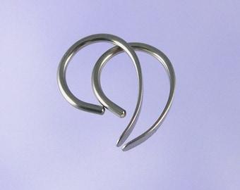 Boucles d'oreilles niobium: Apostrophe minuscule de calibre 18