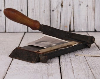 1950s blade cutter for photos, Curiosity paper cutter, Cut scroll photos, Wave photo cutter, Cutting guillotine tool, Vintage photo cutter