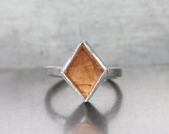 Raw Kite Shaped Peach Grossular Garnet Silver Ring Geometric Rhombus Rough Gemstone Quebec Pale Orange Brown January Birthstone - Rohe Raute