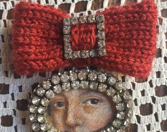 Lover's Eye, diamante, knitted bow brooch. Rust