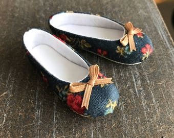 Decorated shoes for Momoni by Atelier Momoni on box