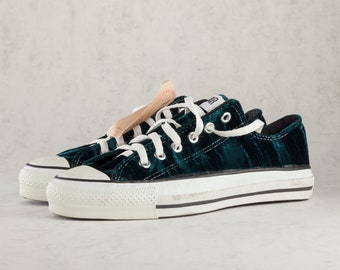 Converse Chuck Taylor All Star crushed velvet low top vintage sneakers. Made in USA. Size US mens 7, womens 9, 25,5 cm, EU 40. Teal.