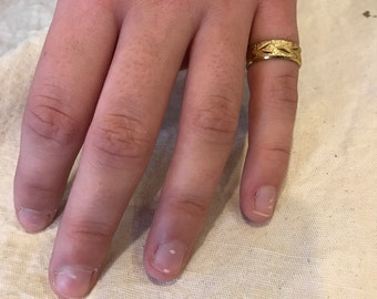 Gold ring size 7 etched leaves